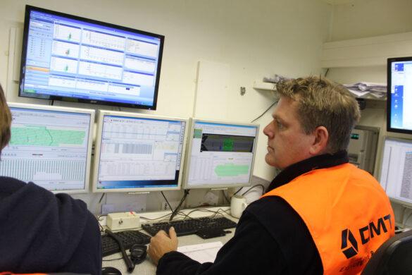 Das Team im Messwagen ist unter anderem für die Qualitäts- und Funktionskontrolle der Geofone im Feld verantwortlich. Ausserdem überwacht es die Position der Vibrationsfahrzeuge in Echtzeit und koordiniert die durchgeführten Messungen. (Foto: Nagra)