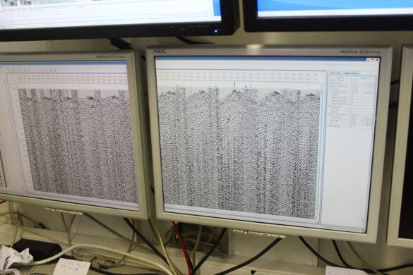 Die Geofone senden die empfangenen seismischen Signale an den Messwagen. Dort werden die Daten gespeichert, um später von Spezialisten bearbeitet und ausgewertet zu werden. (Foto: Nagra)