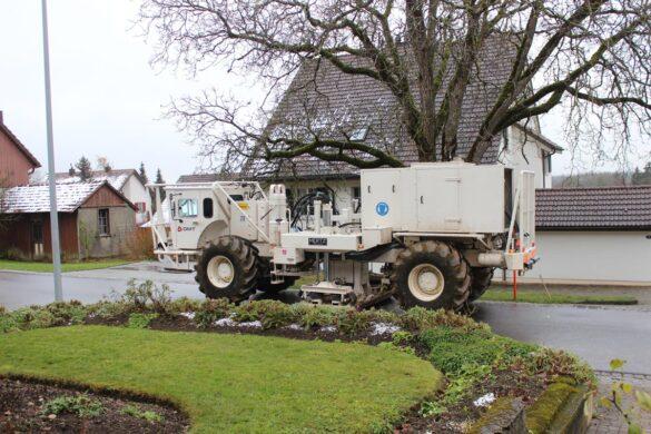 Die Vibrationsfahrzeuge sind auch in Ortschaften wie hier in Oberbözberg (AG) unterwegs. Die Vibrationen an den Gebäuden werden dort von einem begleitenden Team fortlaufend überwacht (Foto: Nagra).