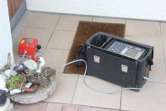 Das Erschütterungsmessgerät besteht aus zwei Teilen: Das eine (rote) misst wie ein Geofon die Schwingungen an der Erdoberfläche. Das andere zeigt die gemessenen Werte an (Foto: Nagra).