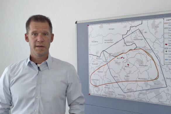 Marian Hertrich, Projektleiter 3D-Seismik der Nagra informiert über die bevorstehenden Messungen im Standortgebiet Nördlich Lägern. Momentan laufen die Vorbereitungen auf die Messungen mit dem Permitting.
